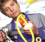 Arbeiter überprüft Gas